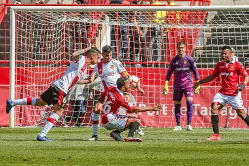 Luis Suárez, delantero del Nàstic, cae ante Marc Pedraza y Xisco Campos durante el partido del pasado sábado en el Nou Estadi de Tarragona.