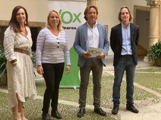 Manuela Cañadas, Mari Paz Pérez, Jorge Campos y Carlos Serra han presentado el programa educativo de Vox.