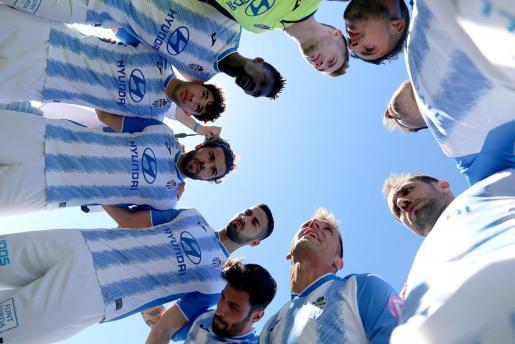 Los jugadores del Atlético Baleares, en una imagen captada justo antes de empezar el partido ante el Lleida.
