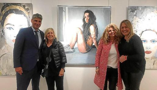 El galerista Jorge Alcolea, Paula Fuster Tarongi, Pilar Correa y Maika Navarro.