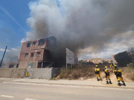 Imagen de los bomberos sofocando las llamas este lunes.