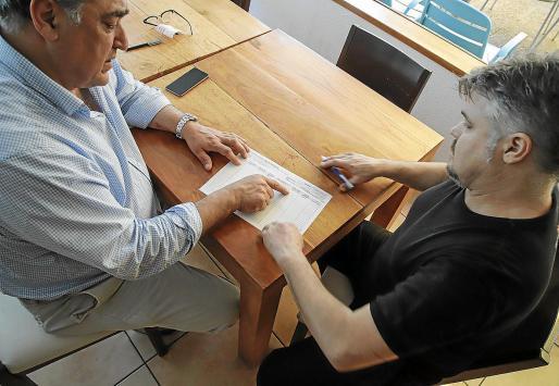 El presidente de Restauración Mallorca, Alfonso Robledo, este lunes, controlando la jornada laboral de un trabajador. Robledo afirma que las pymes deben de tener una consideración especial, más en una autonomía con una economía muy estacional.