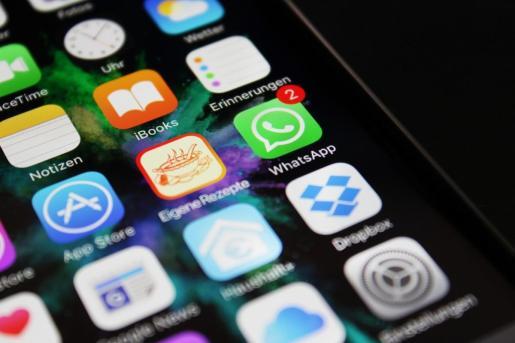 WhatsApp pide que se actualice la aplicación.