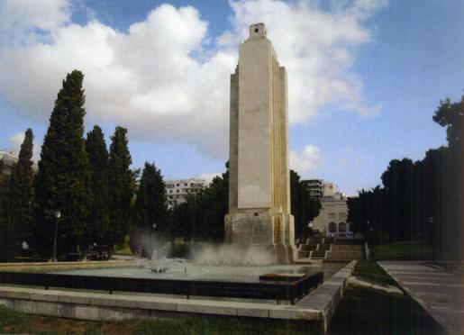 El candidato ha criticado que el actual gobierno municipal de izquierdas esté «empeñado» en la demolición del obelisco.