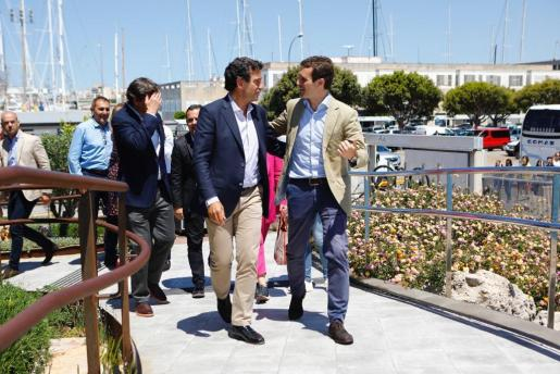 Pablo Casado habla con Biel Company durante su visita a Palma para un acto electoral.