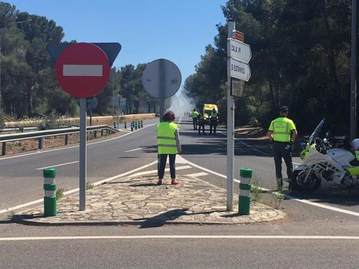 La carretera de Cap Blanc ha permanecido cerrado unas horas por el incendio.