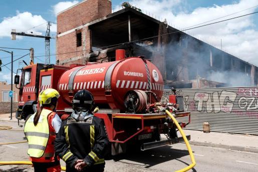 Bomberos en las labores de extinción del incendio en Ibiza.