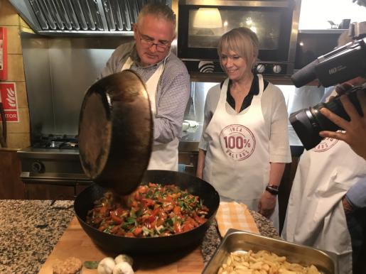 Los candidatos del PI al Parlament, Jaume Font y Lina Pons, demuestran con un 'show cooking' el encarecimiento que provoca la insularidad el transporte de los productos que consumimos o exportamos en Baleares.