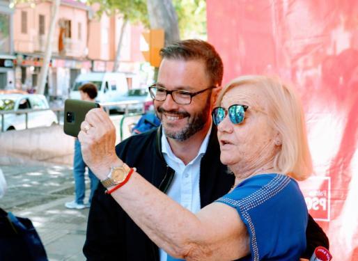 El candidato del PSIB-PSOE al Ajuntament de Palma, José Hila, se hace un selfie con una persona mayor.