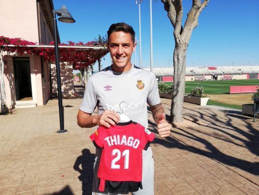 Antonio Raíllo posa con una camiseta con el nombre de su hijo Thiago.