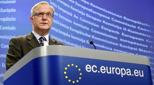 El comisario europeo de Asuntos Económicos, Olli Rehn, comparece ante los medios en la sede de la Comisión Europea, en Bruselas.
