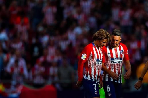 El jugador francés del Atlético de Madrid Antoine Griezmann y Jorge Resurrección 'Koke', durante el partido contra el Sevilla correspondiente a la trigésimo séptima jornada de LaLiga Santander disputado en el estadio Wanda Metropolitano, en Madrid.