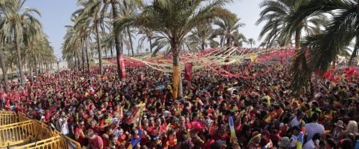 Multitudinaria batalla de agua organizada por el colectivo Orgull Llonguet en el Parc de la Mar de Palma.