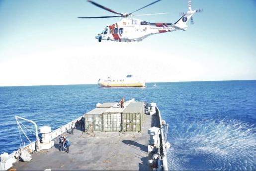 Medios de rescate auxiliando al barco Grande Europa.