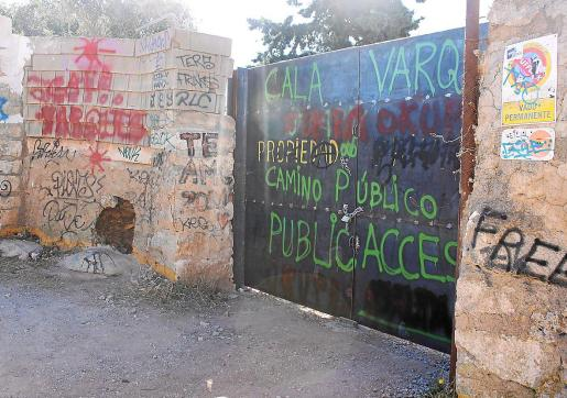 La barrera se cerró el pasado viernes y el sábado amaneció con pintadas. También se hizo un butrón en la pared.