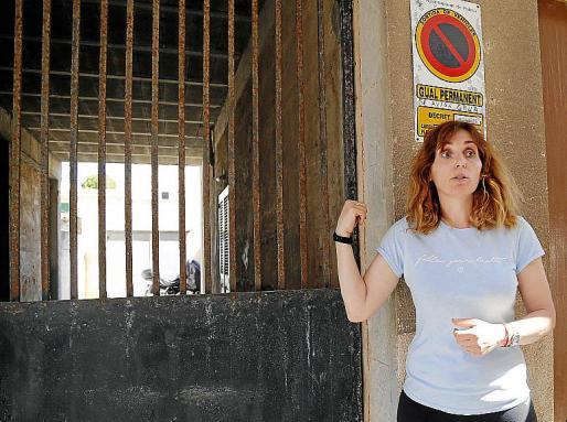 Isabel María Garrafé, junto al garaje donde apareció el cadáver.