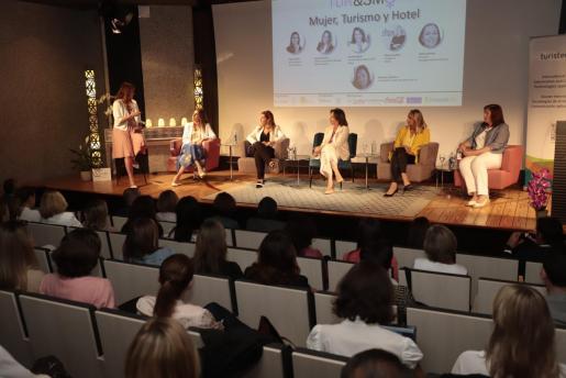 Isabel Piñero, Soraya Romero, Lourdes Ripoll, Maria Frontera y Helena Murano, este miércoles, en el CaixaForum.