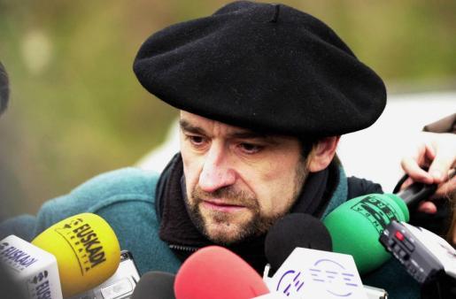 """Josu Urrutikoetxea """"Josu Ternera"""", en una fotografía de archivo del año 2000 saliendo de la cárcel mientras era parlamentario por Euskal Herritarrok."""