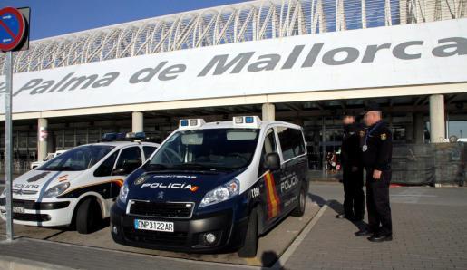 La Policía Nacional está controlando el aeropuerto de Palma para evitar que el chico coja un avión.
