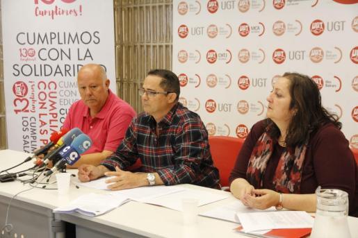 Miembros de UGT, durante la rueda de prensa.