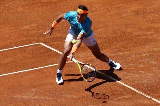 Rafael Nadal golpea la bola durante su partido ante Chardy.