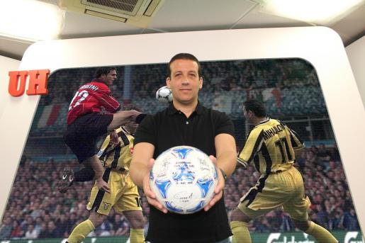 César Mota, auxiliar del Real Mallorca en 1999, muestra uno de los balones con los que se jugó la final de Birmingham.