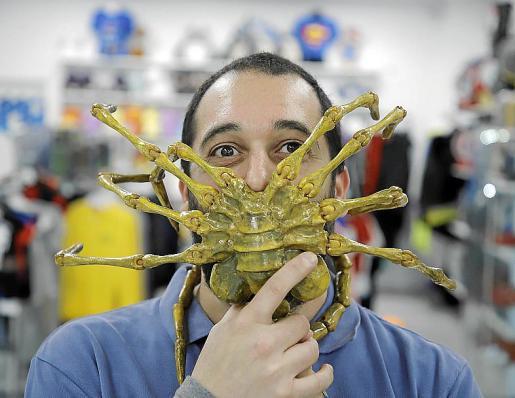 Toni González, copropietario de la tienda Frikers, con un monstruo de una de sus película favoritas, Alien, el octavo pasajero, creado por él en 3D para un cliente.