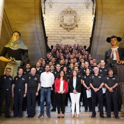 Autoridades del Ajuntament de Palma junto a los policías en prácticas.