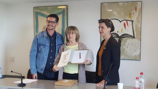 La escritora Antònia Vicens recibe el XIX premio Jaume Fuster, acompañada de Sebastià Portell y Bel Olid.