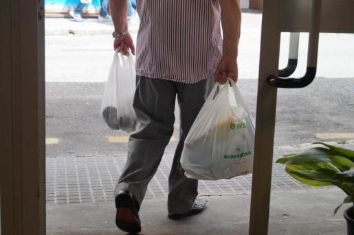 Uno de los artículos hace referencia a la desaparición de las bolsas de plástico de un solo uso.