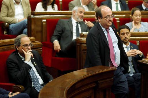 El primer secretario del PSC, Miquel Iceta, pasa ante el presidente de la Generalitat, Quim Torra.
