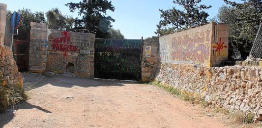 La propiedad de la finca de Cala Varques cerró la barrera la semana pasada.