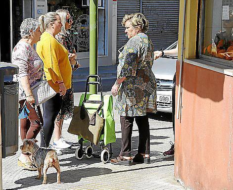 Vecinos del Arenal, comentando la noticia.