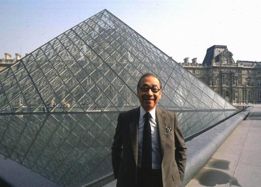Ieoh Ming Pei, frente a la pirámide de Louvre.