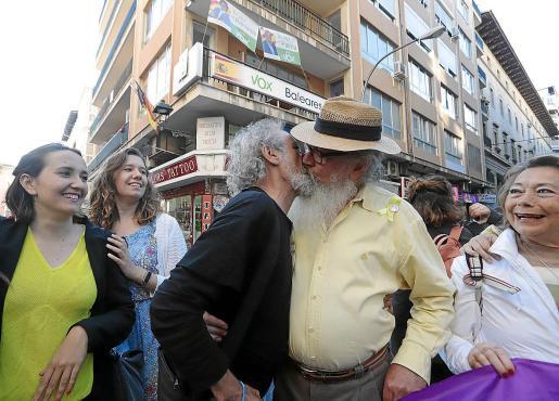 Manel Domènech, candidato a alcalde de Palma por La Crida, se besó con el diseñador de vestuario Rafa Pizarro.