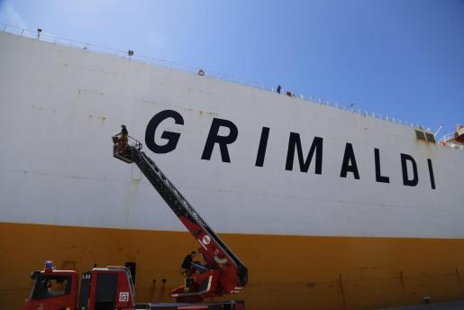 Continúan los trabajos en el buque incendiado.