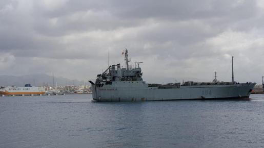 El buque militar Martín Posadillo, atracando en Palma.