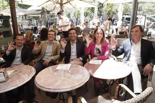 Los líderes del PP balear y Pablo Casado hacen el gesto de OK, que forma parte del lema de su campaña electoral.