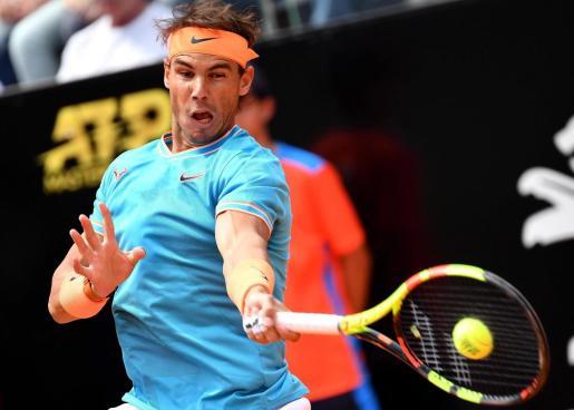 Rafa Nadal en acción durante el partido de cuartos de final del torneo de Roma que le enfrentó a su compatriota Fernando Verdasco, este viernes, en Roma, Italia.