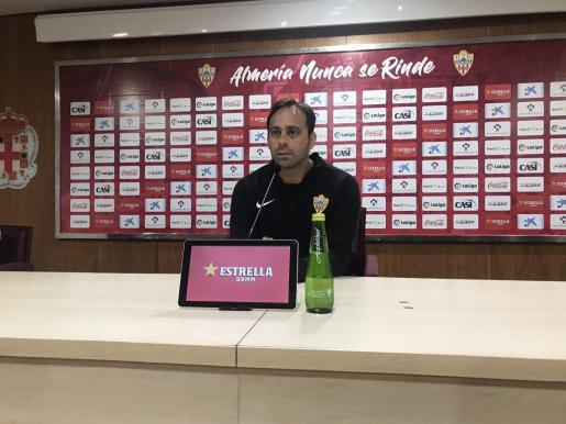 Fran Fernández, entrenador del Almería, en una rueda de prensa.