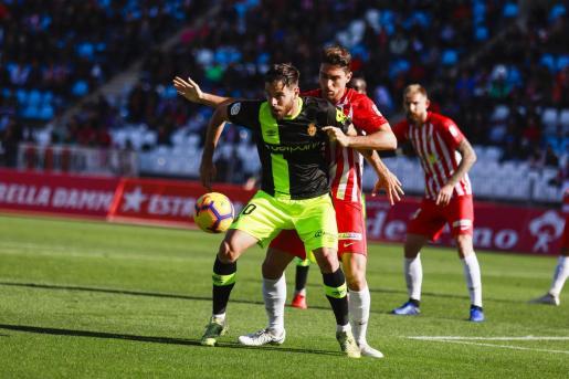 Álex López, delantero del Real Mallorca, protege el balón ante un futbolista del Almería durante el partido de la primera vuelta.