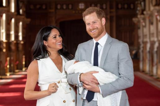 El príncipe Enrique y Meghan, duquesa de Sussex, posan junto a su hijo.