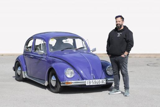 Gregorio Ortega, junto a su Escarabajo de 1969 que compró hace un año a un antiguo jefe de su mujer.