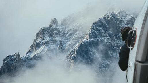 Un helicóptero sobrevolando los Andes.