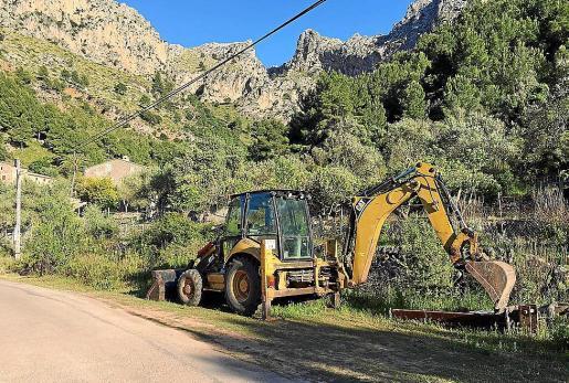 La maquinaria aparcada en Cala Tuent, a la espera del inicio de las obras.