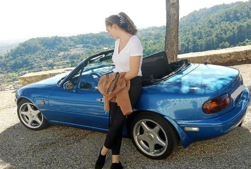 Cinthia Mateu, con su Mazda MX-5 de 1990.