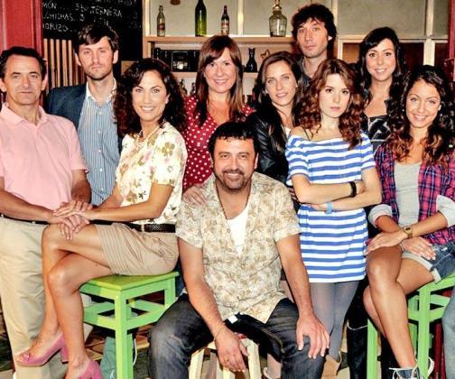 Imagen de los protagonistas de la serie 'Con el culo al aire'.
