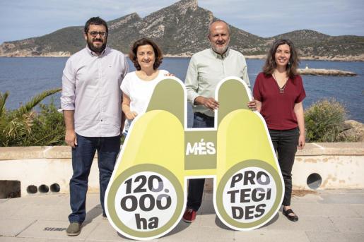Vicenç Vidal, Fina Santiago, Miquel Ensenyat y Neus Truyol, en el mirador de Sant Elm.