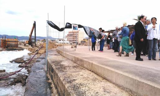 A la izquierda de la imagen se pueden ver las obras del puerto, a la derecha, parte de las personas concentradas este sábado en protesta por el proyecto.
