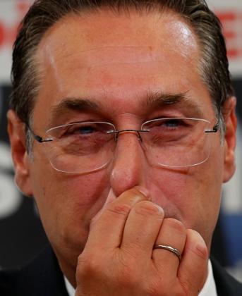 Heinz-Christian Strache, con los ojos llorosos durante la rueda de prensa.